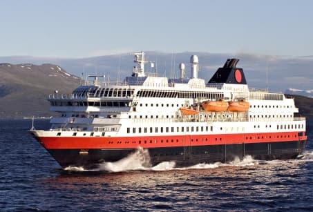 En longeant la côte, à bord de l'Hurtigruten