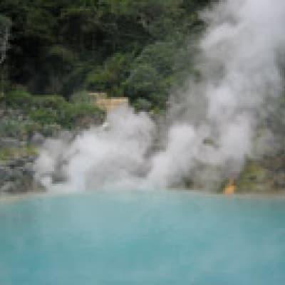 Bain dans les sources d'eaux chaudes du volcan Arenal