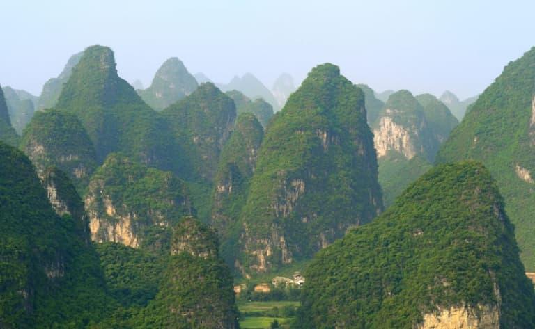 La grotte de la Flûte de roseaux, la Colline en Trompe d'Eléphant et la Colline Fubo