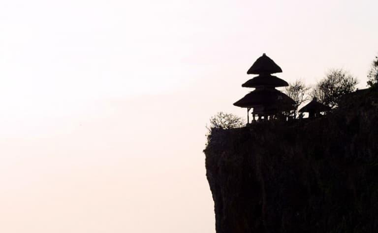 Aperçu de la richesse artistique de la région. Visite du temple de Tanah Lot.
