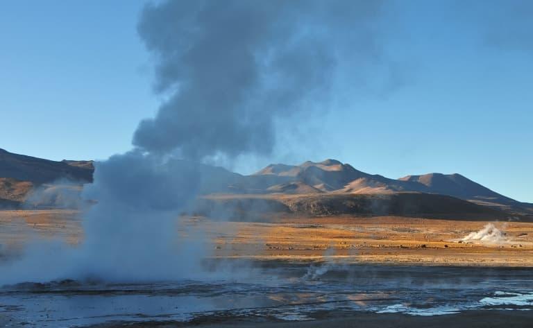 Eruption des geysers au lever du soleil