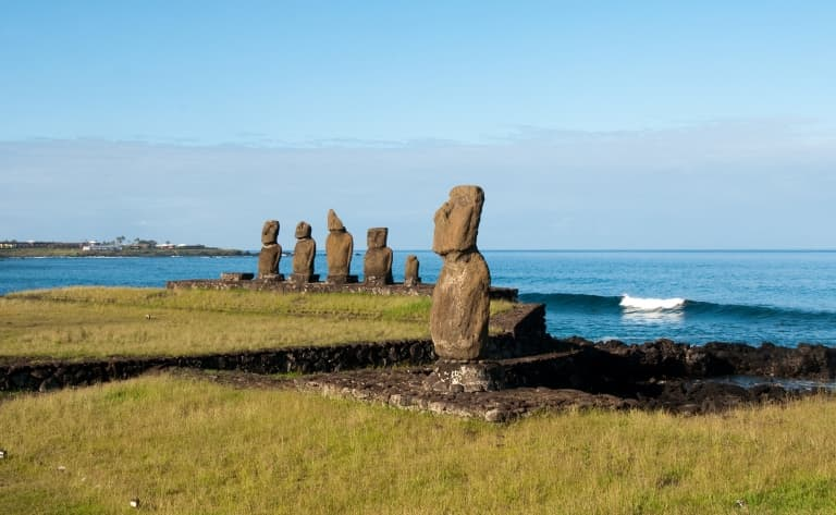 Volcan et statues « moais »
