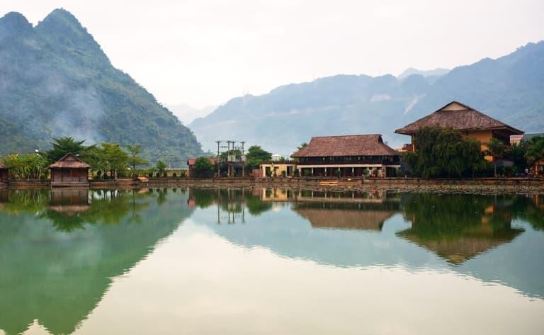 La pagode des Parfums au fil de l'eau