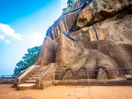 Rocher du lion et déjeuner traditionnel dans la campagne sri lankaise