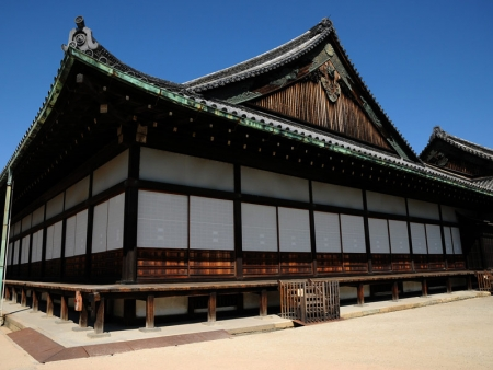 Do not miss Nijo Castle and the 2,000 temples of Kyoto